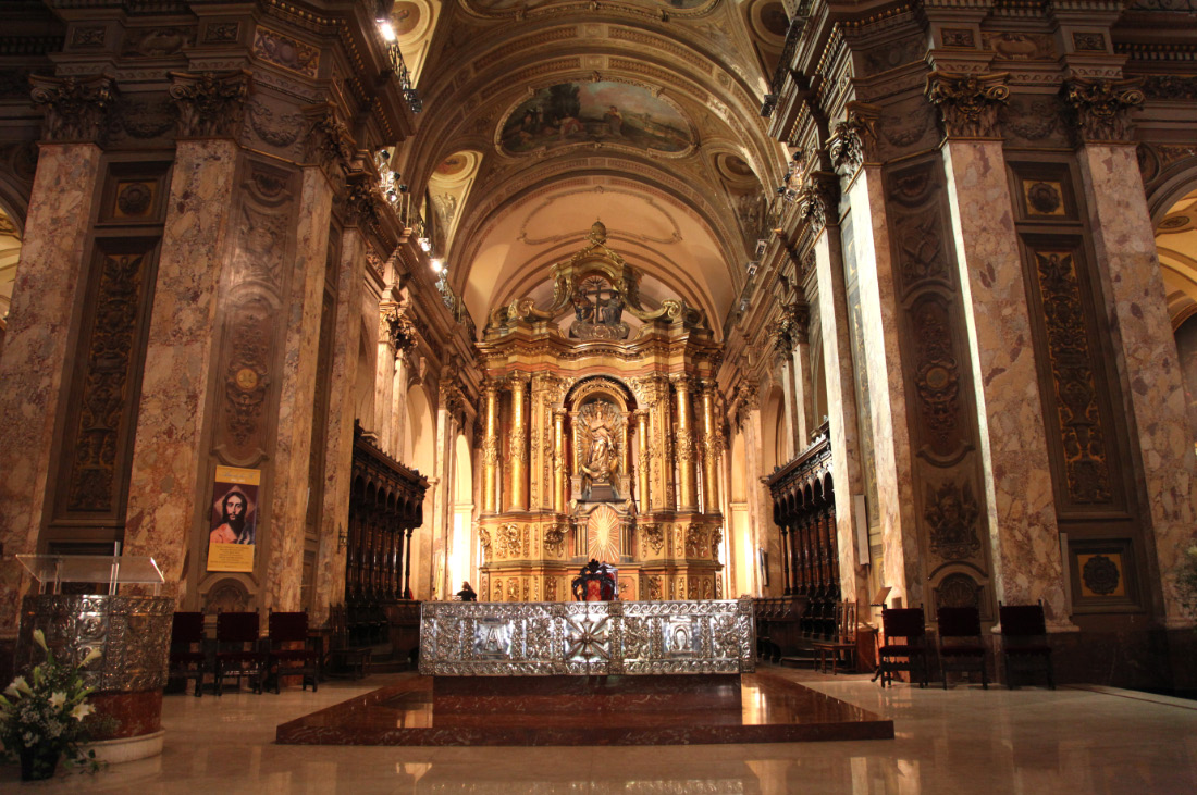 Main Altar and choir of la Catedral Católico Metropolitana de Buenos Aires