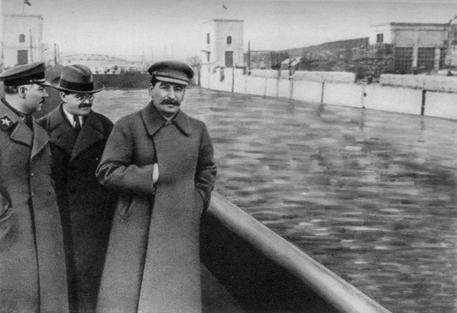 Stalin sans Николай Иванович Ежов – Nikolai Ivanovich Yezhov, The Malignant Dwarf, also a homosexual, dead and a non-person